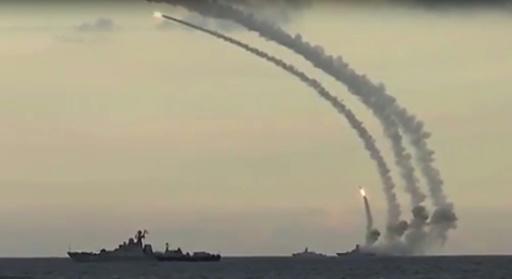 Capture d'écran publiée le 20 novembre 2015 par le ministère russe de la Défense et montrant des tirs de missiles contre le groupe Etat islamique © - RUSSIAN DEFENCE MINISTRY/AFP