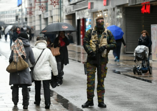 Un soldat patrouille Rue Neuve à Bruxelles le 21 novembre 2015 © JOHN THYS AFP