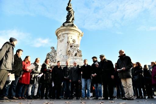 Un choeur allemand chante place de la République en mémoire aux victimes des attaques du 13 novembre, à Paris le 22 novembre 2015 © LOIC VENANCE AFP