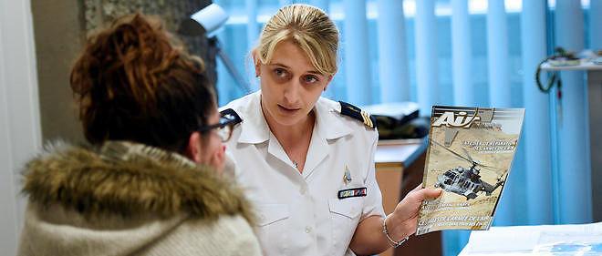 Une jeune femme se renseigne en vue d'intégrer l'armée.