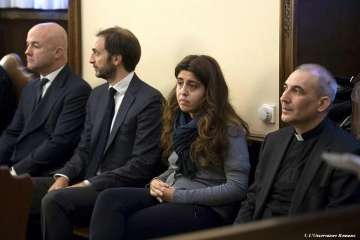 (g-d): les journalistes italiens Gianluigi Nuzzi et Emiliano Fittipaldi, la consultante Francesca Chaouqui et Mgr Lucio Angel Vallejo Balda, lors de leur procès, le 24 novembre 2015 au tribunal du Vatican, à Rome ©  OSSERVATORE ROMANO/AFP