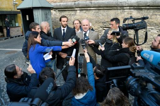 Les journalistes italiens, Gianluigi Nuzzi (c) et Emiliano Fittipaldi (g), à leur arrivée pour leur procès au tribunal du Vatican, le 24 novembre 2015 à Rome © ANDREAS SOLARO AFP