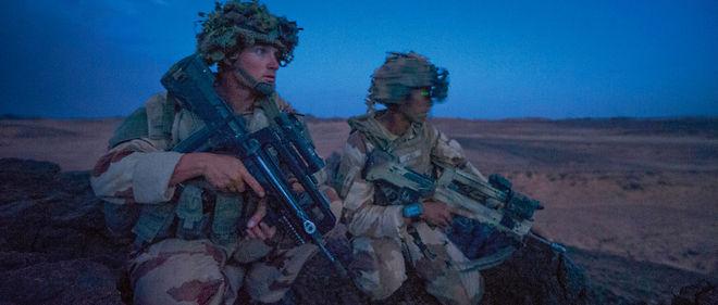 Des soldats du 8e Régiment parachutiste d'infanterie de marine (RPIMa) de Castres interviennent dans le nord du Niger, dans le cadre de l'opération Barkhane, en septembre 2015.