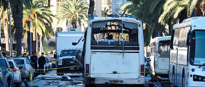 Le bus qui a été soufflé par l'explosion, à Tunis, le 24 novembre 2015.