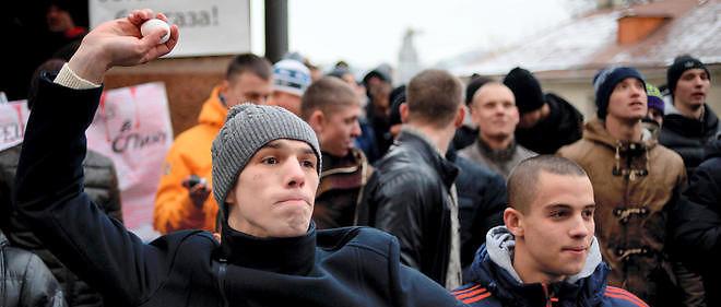 Des manifestants devant l'ambassade de Turquie, à Moscou, le 25 novembre 2015.