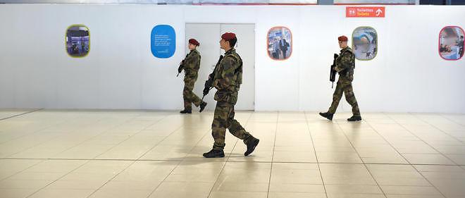 Des soldats français patrouillent à l'aéroport Roissy Charles De Gaulle le 14 novembre 2015.
