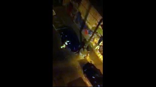 Capture d'image d'une vidéo prise avec un smartphone montrant des enquêteurs de la police scientifique fouillant une Seat Leon noire, abandonnée à Montreuil, le 14 novembre 2015, au lendemain des attentats de Paris © - OFF/AFP/Archives