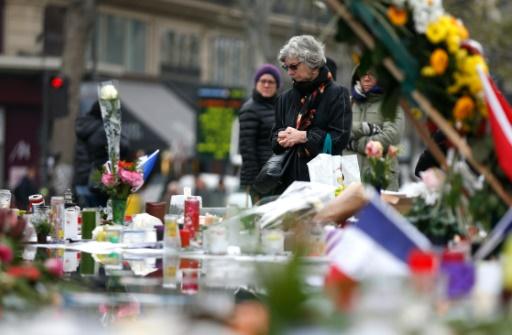 Des personnes se recueillent devant le mémorial place de la République, le 27 novembre 2015 à Paris © THOMAS SAMSON AFP