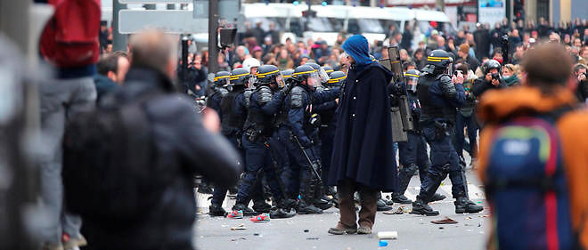 Des affrontements ont eclate entre forces de l'ordre et manifestants, place de la Republique, a Paris.