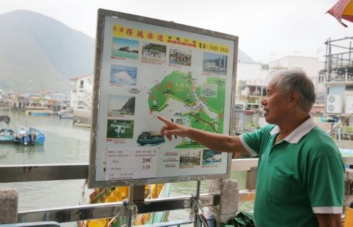 Wong Yung-kan, conducteur d'un bateau de tourisme, montre sur un plan le lieu où se trouvent les dauphins roses, à Tai O, à Hong Kong, le 4 novembre 2015 © Isaac Lawrence AFP