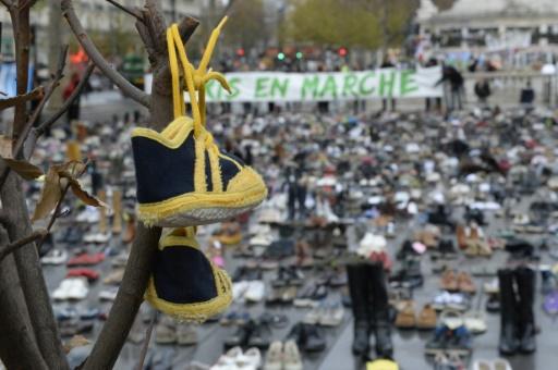 """La place de la République à Paris couverte de chaussures, """"marche"""" silencieuse et symbolique pour le climat, en lieu et place d'un défilé interdit par les autorités françaises dans le cadre de l'état d'urgence, le 29 novembre 2015 © MIGUEL MEDINA AFP"""