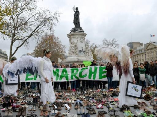 Des femmes déguisées en anges sur la place de la République où sont posées des centaines de paires de chaussures, à Paris, le 29 novembre 2015 © MIGUEL MEDINA AFP