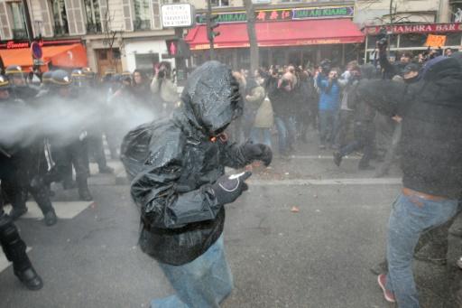"""Des manifestants, bravant l'interdiction décrétée dans le cadre de l'état d'urgence après les attentats du 13 novembre, se sont rassemblés à partir de midi sur la place à l'appel de groupuscules se disant """"Anticop21"""" © JOEL SAGET AFP"""