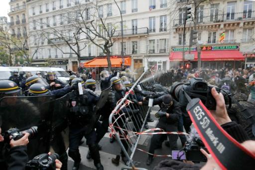 Certains manifestants ont jeté des chaussures ou encore des bouteilles sur les CRS déployés en masse © FRANCOIS GUILLOT AFP
