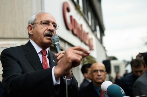 Kemal Kilicdaroglu (g), leader du prinicpal parti d'opposition turc, le CHP, s'exprime devant le siège du journal Cumhuriyet, le 29 novembre 2015 © OZAN KOSE AFP