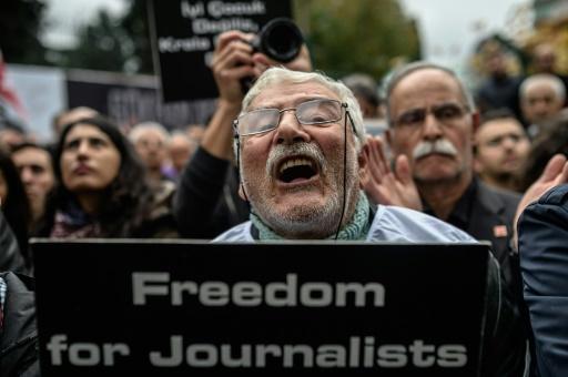 Un membre de l'union des journalistes manifeste à Istanbul pour la libération de deux journalistes turcs, le 29 novembre 2015 © OZAN KOSE AFP