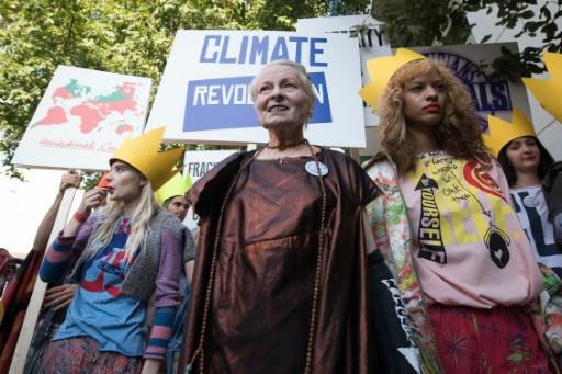 La styliste britannique Vivienne Westwood (c) manifeste pour le climat, le 29 novembre 2015 à Londres © LEON NEAL AFP