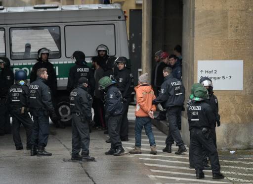 Un réfugié est emmené par les policiers après des échauffourées dans l'ex-aéroport Tempelhof, converti en foyer, le 29 novembre 2009 à Berlin © ODD ANDERSEN AFP