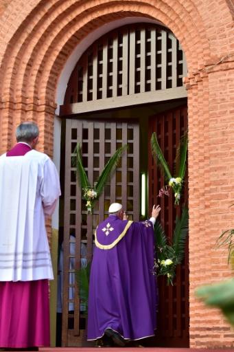 François avait tenu à accomplir à Bangui ce geste exceptionnel, qui permet lors des Jubilés aux fidèles pénitents de franchir la porte d'une cathédrale et de recevoir le pardon de leurs péchés © GIUSEPPE CACACE AFP