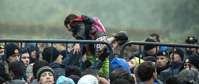 Des migrants à la frontière serbo-croate, le 18 octobre 2015.