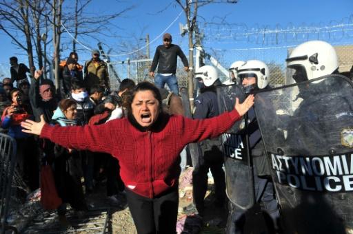Une femme crie alors que migrants et réfugiés font face à la police grecque, le 3 décembre 2015 à Idomeni, en Grèce © SAKIS MITROLIDIS AFP