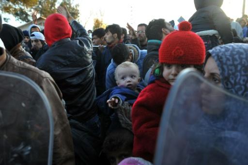Réfugiés et migrants tentent de passer la frontière le 3 décembre 2015 à Idomeni, en Grèce, vers la Macédoine © SAKIS MITROLIDIS AFP