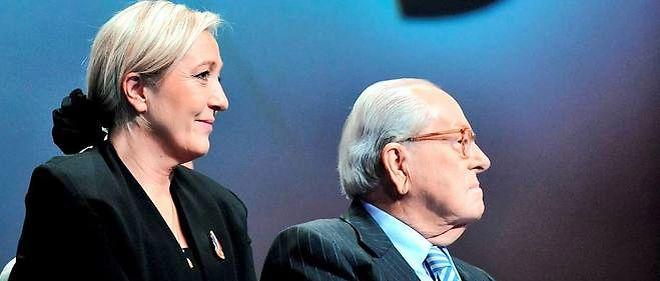 Marine Le Pen tout juste élue présidente du Front national aux côtés de son père, Jean-Marie Le Pen, fondateur du parti d'extrême droite, en janvier 2011.