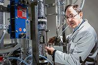 L'eau potable obtenue grâce aux recherches de Guillaume de Souza (ici, dans son laboratoire de Chilly-Mazarin, le 18 novembre) ne coûterait, à terme, que 0,37 euro le mètre cube.