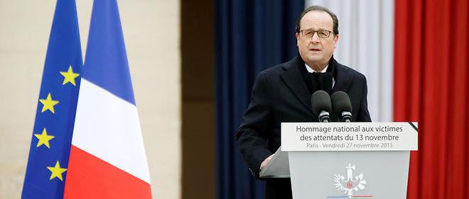 Le président de la République François Hollande rendant hommage aux victimes des attentats de Paris, le 27 novembre, à l'hôtel des Invalides.