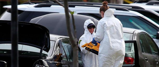 Des membres du FBI éxaminent une voiture qui a appartenu à Syed Farrook le 3 décembre 2015.