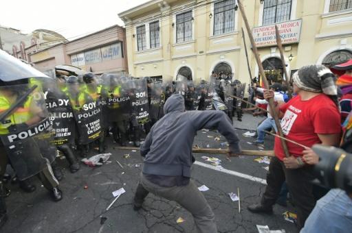 Heurts entre policiers et manifestants opposés à une réforme constitutionnelle permettant la réélection illimitée du président, le 3 décembre 2015 à Quito, en Equateur © RODRIGO BUENDIA AFP