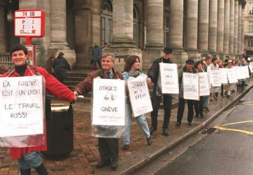 Quelques heures avant de grandes manifestations dans plusieurs villes de France contre le plan Juppé, à Bordeaux le 16 décembre 1995 © DERRICK CEYRAC AFP/Archives