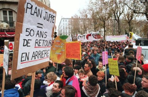 Des représentants du corps médical scandent des slogans, le 5 décembre 1995, dans les rues de Lyon lors d'une manifestation contre le plan Juppé qui a réuni entre 12.000 et 20.000 personnes © PHILIPPE DESMAZES AFP/Archives