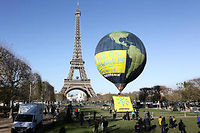 Un ballon représentant la Terre devant la tour Eiffel, photo d'illustration. ©MICHA PATAULT