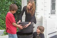 Installés en Californie, la Française Béa Johnson, son mari et ses deux enfants ne produisent que l'équivalent d'un bocal en verre d'un litre de déchets par an.