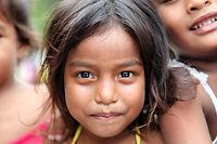 Loin des accords politiques internationaux, des millions d'hommes, de femmes et d'enfants subissent déjà les répercutions du changement climatique, comme cette petite fille aux Kiribati.