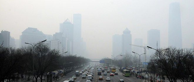 "Le brouillard polluant continuait de frapper mercredi le nord de la  Chine, ""touchant plus de 300 millions de personnes"", notait le journal  China Daily."