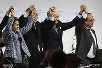 Laurent Fabius (C), Ban Ki Moon (2-L) et Francois Hollande (R), ovationnés après l'accord de Paris sur le climat. AFP PHOTO / FRANCOIS GUILLOT / AFP / FRANCOIS GUILLOT ©FRANCOIS GUILLOT
