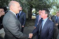 Manuel Valls, qui serre ici la main d'Alain Juppé, avait évoqué l'idée d'une vaste coalition. Image d'illustration. ©NICOLAS TUCAT