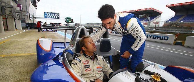 Le skipper Thomas Coville avec le jeune pilote Paul-Loup Chatin (Alpine) sur la piste des 24 Heures du Mans.