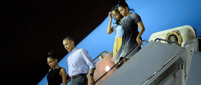 Les Obama descendant de l'avion à Hawaï.