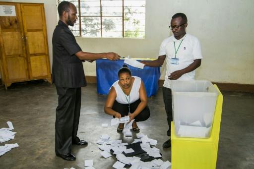 Des employés rwandais comptabilisent les bulletins le 18 décembre 2015 à Kigali © CYRIL NDEGEYA AFP