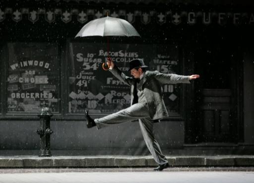 """Répétition de """"Singin'in The Rain"""", le 9 mars 2015 au théâtre du Châtelet, qui se distingue avec le parti pris de jouer en anglais et d'offrir une traduction en français sur un écran lumineux © JACQUES DEMARTHON AFP/Archives"""