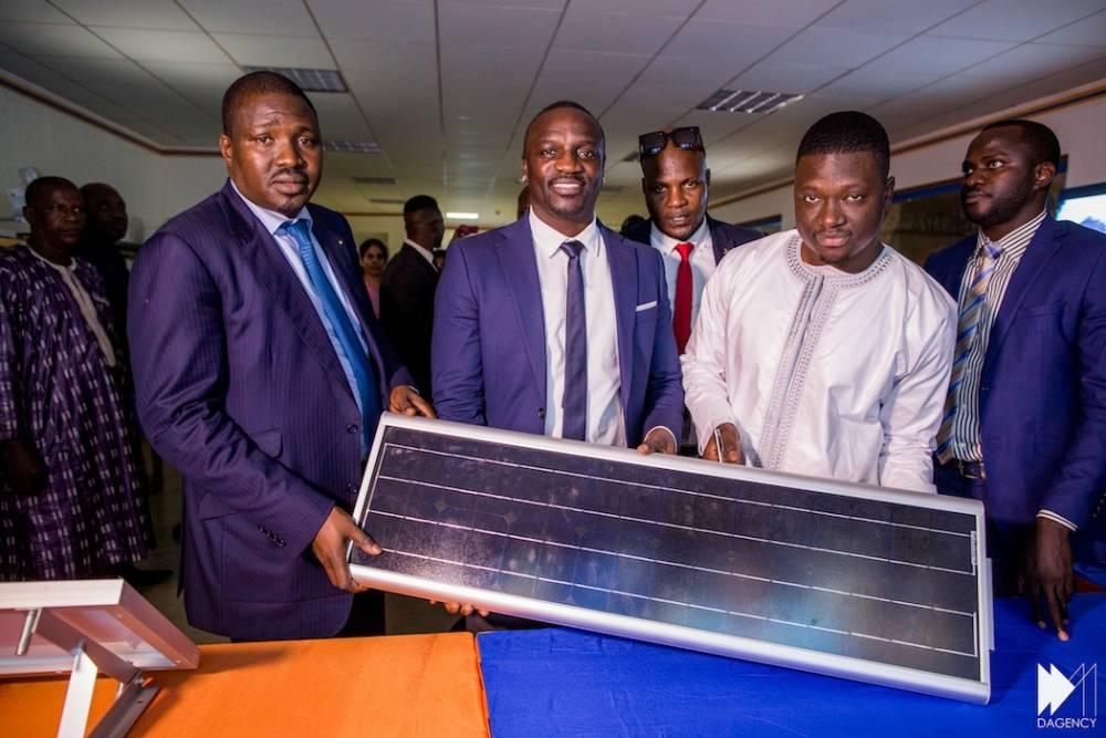 Akon, Samba Bathily et Thione Niang croient dur comme fer à l'énergie solaire et à l'un de ses outils incontournables, les panneaux.  ©  DAGENCY/ David Monfort, Bassirou Niang