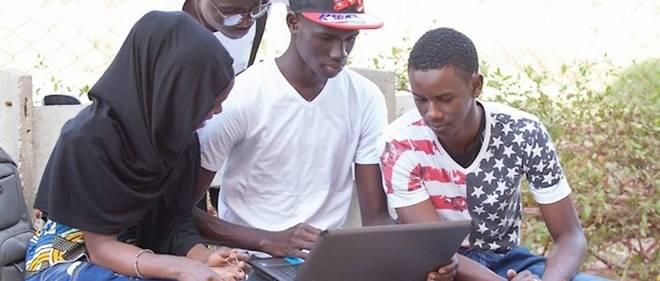 Des jeunes surfant sur Internet en marge des Assemblées annuelles de la Banque africaine de développement (BAD), l'édition 2015 du Forum de la jeunesse africaine.