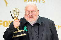 "George R. R. Martin, auteur de ""Game of Thrones"", avec son Emmy Award, en septembre 2015. Image d'illustration. (C)VALIERE MACON"