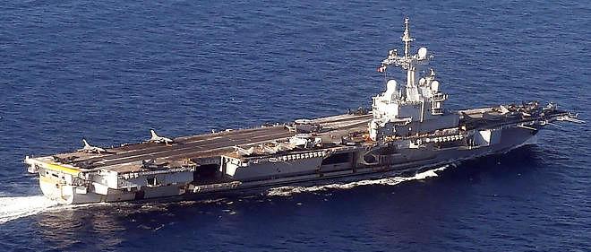 Le porte-avions français Charles de Gaulle.