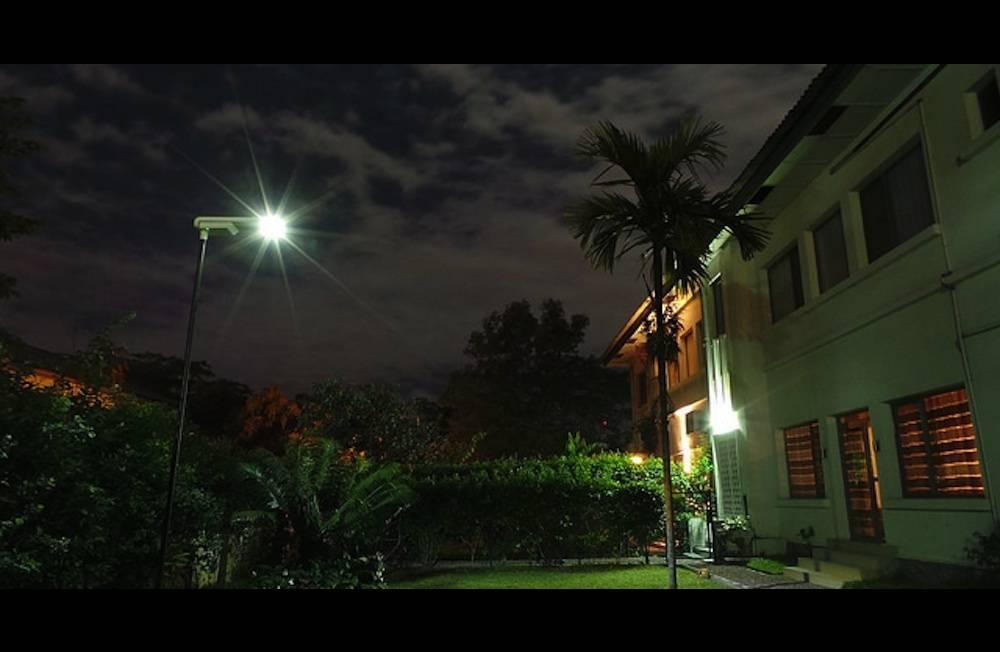Le système de Sunna Design : un mini réseau électrique pouvant alimenter quatre foyers grâce à un lampadaire solaire ©  DR