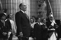 François Mitterrand, une rose à la main, met en scène sa cérémonie d'investiture au Panthéon le 21 mai 1981. ©AFP
