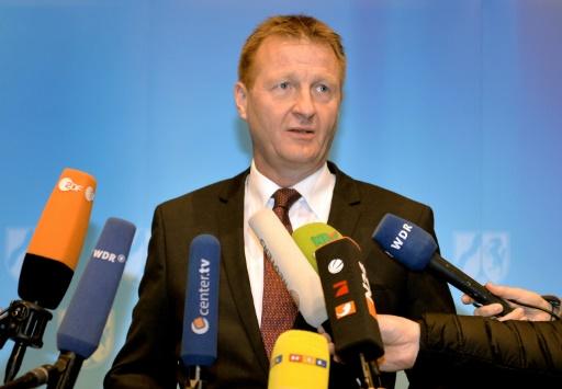 Le ministre de l'Intérieur de la Rhénanie-du-Nord-Westphalie, Ralf Jäger, le 8 janvier 2016 lors d'une conférence de presse à Cologne © Monika Skolimowska dpa/AFP